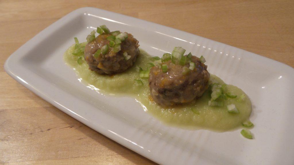 Polpette di maiale con salsa di broccolo romanesco
