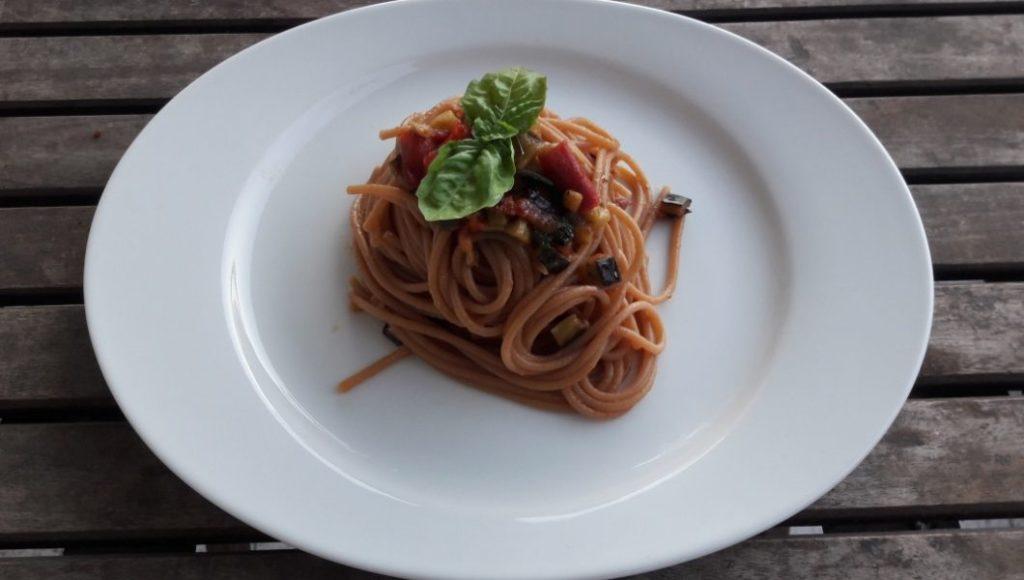 """Spaghetti """"Dolce Vita"""" con melanzane, pomodorini e basilico"""